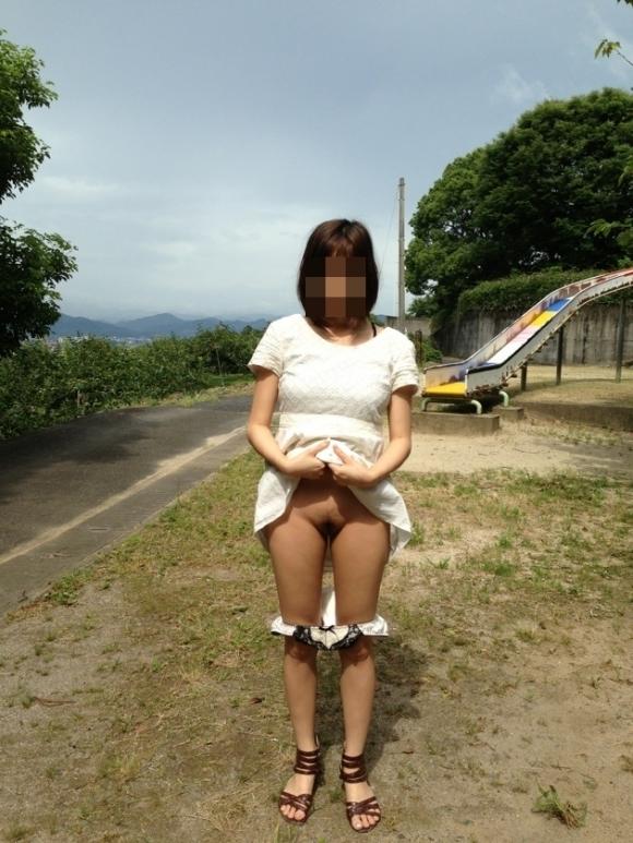【露出エロ画像】みんなが見てる野外で平気で裸になっちゃう女の子ってヤバいっしょwwwwwww【画像30枚】26_201909120041082ab.jpg