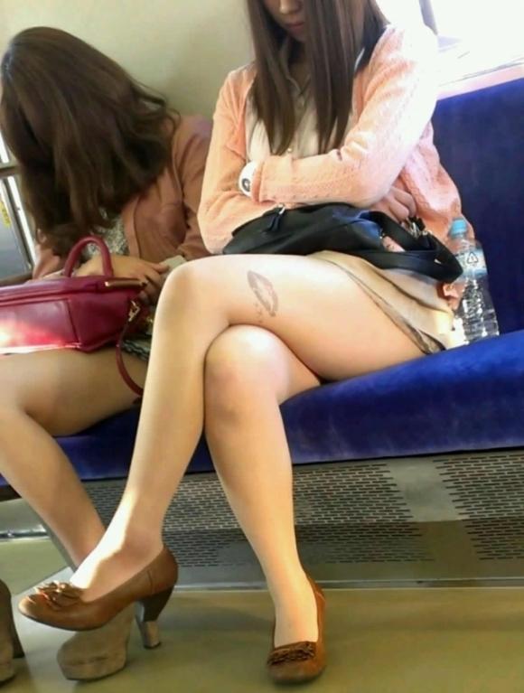 電車の中でエロい脚を晒してる女の子ってなんなん?wwwwwww【画像30枚】27_20180924174311fa4.jpg