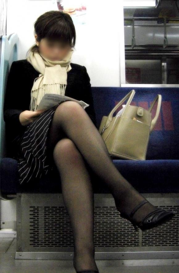 電車に乗ってる時間がとても楽しくなる女の子のエロい脚!wwwwwww【画像30枚】27_20190302152606e00.jpg