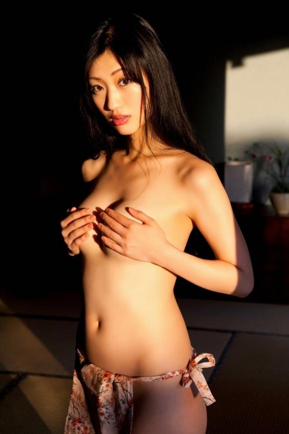 【おっぱい】ブラジャーよりも裸よりも素晴らしい手ブラの世界wwwwwww【画像30枚】27_20190417012132a24.jpg