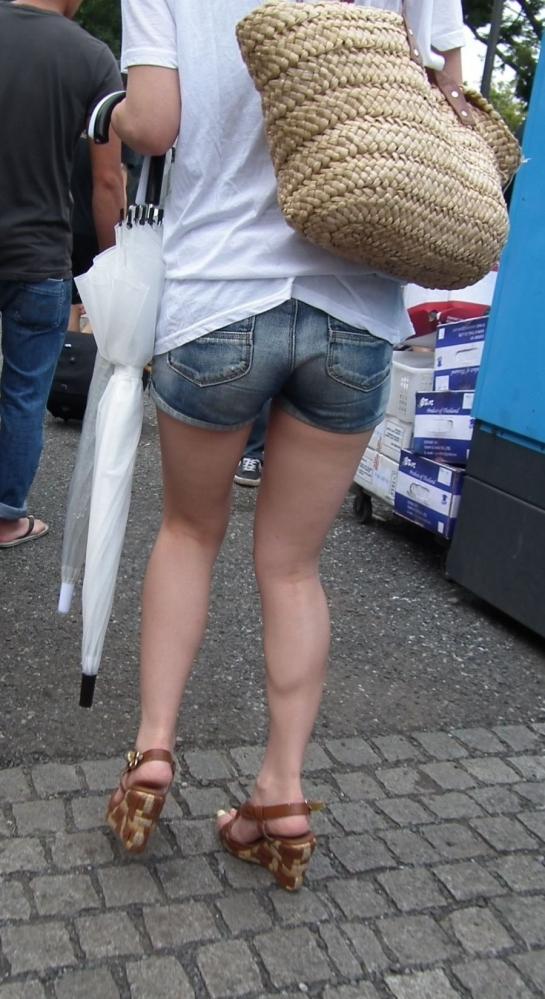 ホットパンツ履いてる女の子の脚を見つけたらずっと目で追ってしまうwwwwwww【画像30枚】27_201906040212542a3.jpg