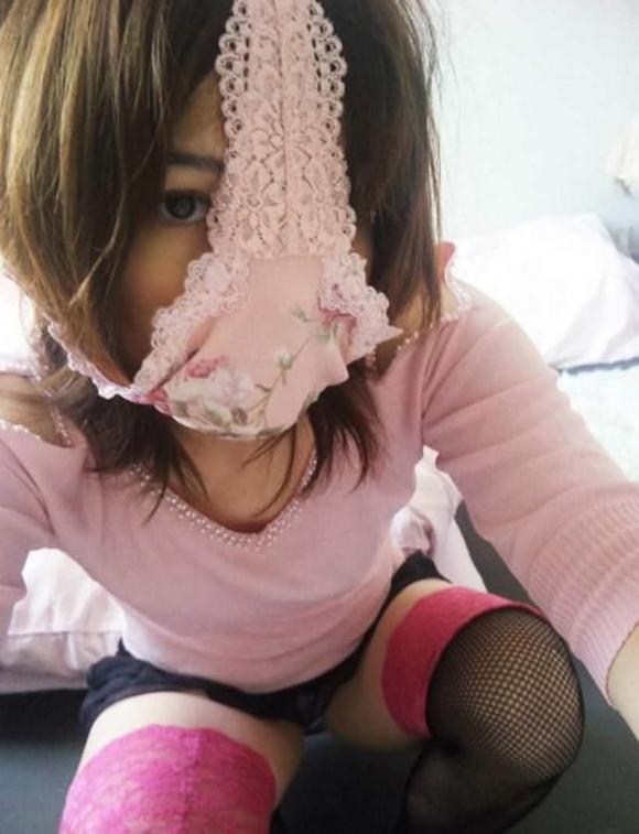 【変態女】パンツ被ってる女の子のお茶目な姿がなんか可愛いwwwwwww【画像30枚】27_2019102723084494d.jpg