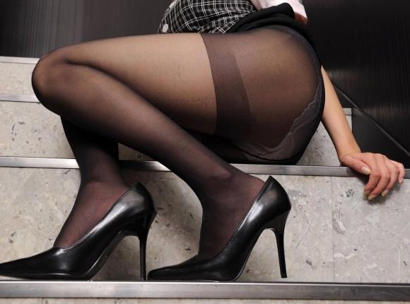 足フェチが喜ぶ黒ストッキングを履いた美脚が美しいwwwwwww【画像30枚】28_20181018161718627.jpg