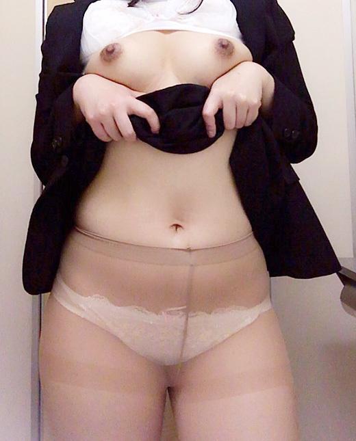 【素人自撮り画像】恥ずかしいからってトイレの中で自撮りしてる素人娘のオナネタ画像wwwwwww【画像30枚】28_201901130049526c4.jpg