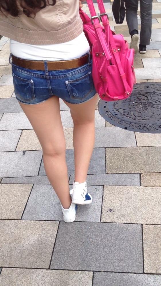 ホットパンツ履いてる女の子の脚を見つけたらずっと目で追ってしまうwwwwwww【画像30枚】28_2019060402125501e.jpg