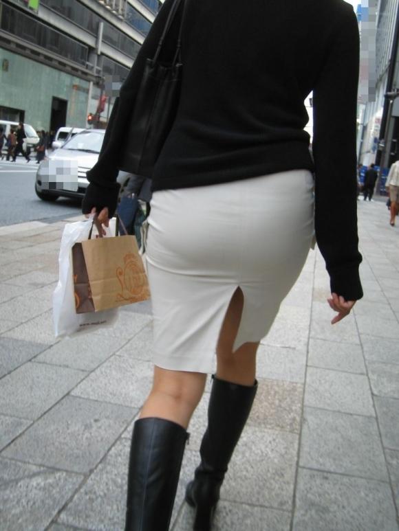 スカートの隙間からエロい脚が見えたら思わず凝視してしまうwwwwwww【画像30枚】28_20190703021319f0a.jpg