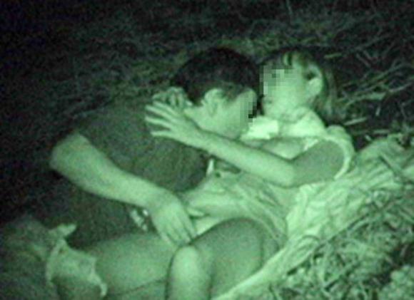 【野外露出】赤外線だから見れるカップルの野外セックスが激しすぎるwwwwwww【画像30枚】28_20191022223031c15.jpg