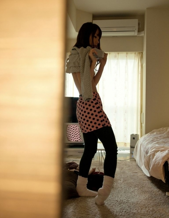 【脱衣中】服を脱いでる女の子がくっそエロくてずっと見ていたいwwwwwww【画像30枚】29_2019010400313057d.jpg