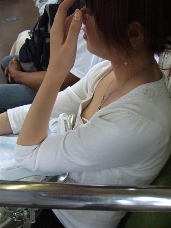 【凝視】電車で気になる胸チラ女子がいたらじっくりと堪能してしまうwwwwwww【画像30枚】29_20190216015006ba6.jpg