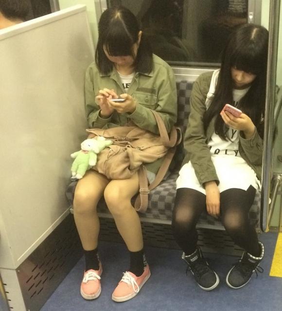 新年度になって新たな気持ちで電車内でのパンチラや太ももを拝んでみたwwwwwww【画像30枚】29_201904011324195ff.jpg