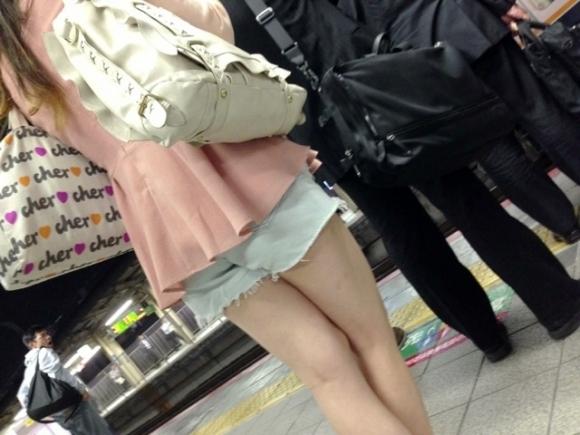 ホットパンツ履いてる女の子の脚を見つけたらずっと目で追ってしまうwwwwwww【画像30枚】29_20190604021257380.jpg