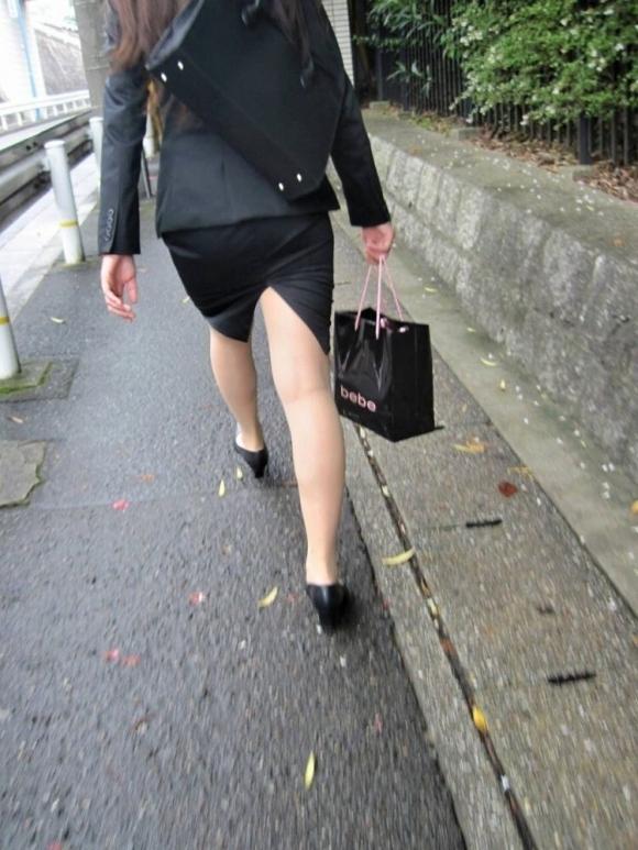 スカートの隙間からエロい脚が見えたら思わず凝視してしまうwwwwwww【画像30枚】29_20190703021320395.jpg