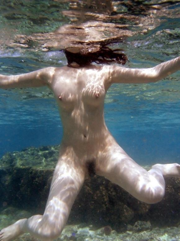 【水中画像】水の中に漂ってる女の子の体がくっそエロいwwwwwww【画像30枚】29_20190717005312ee8.jpg