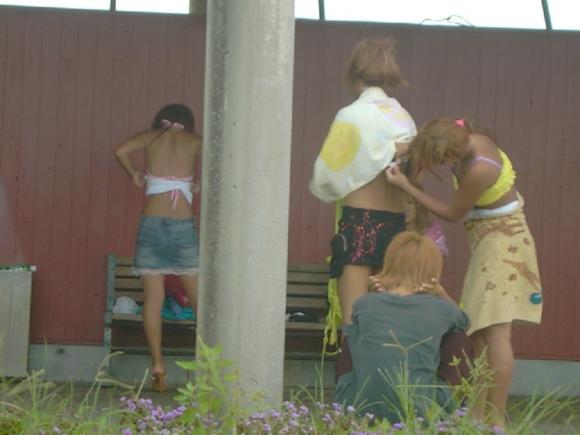 【野外露出】外で着替えちゃう女の子って絶対に露出癖があるんだと思うwwwwwww【画像30枚】29_20190723020343b07.jpg