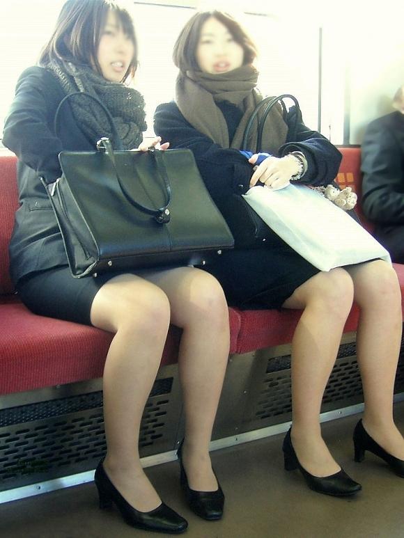 電車の中でエロい脚を晒してる女の子ってなんなん?wwwwwww【画像30枚】30_20180924174315fe5.jpg