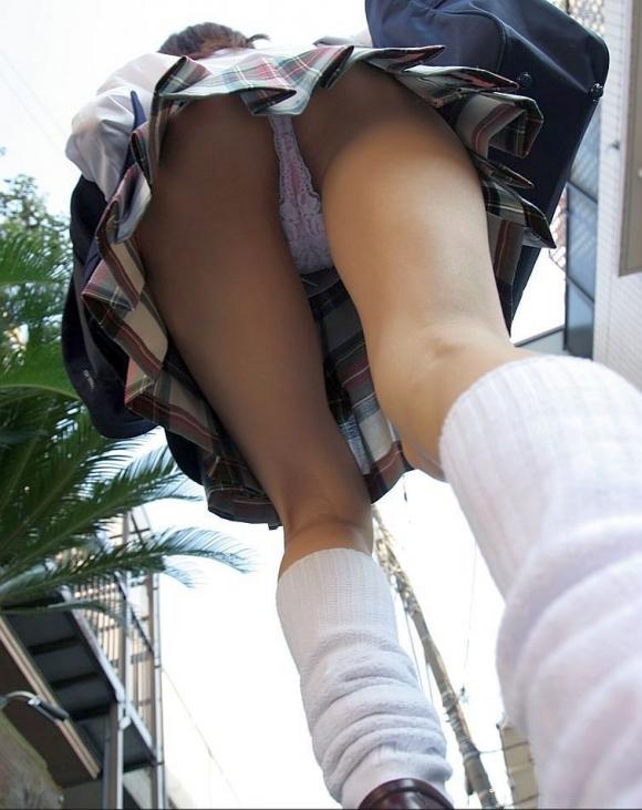 スカート履いてる女の子を狙ったローアングルパンチラのクオリティが凄いwwwwwww【画像30枚】30_20181230142832f20.jpg