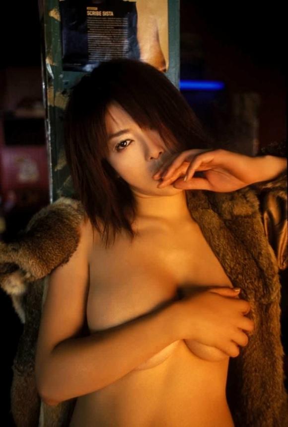 【おっぱい】ブラジャーよりも裸よりも素晴らしい手ブラの世界wwwwwww【画像30枚】30_20190417012136f87.jpg