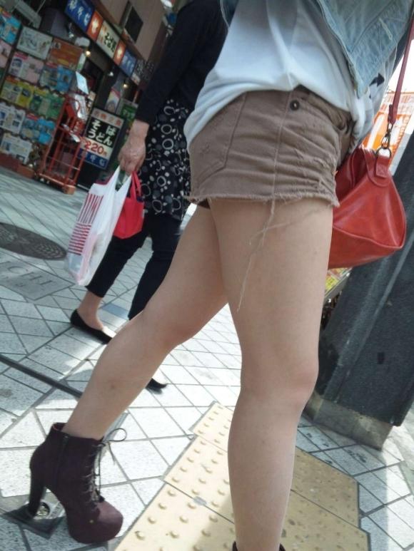 ホットパンツ履いてる女の子の脚を見つけたらずっと目で追ってしまうwwwwwww【画像30枚】30_2019060402125851d.jpg