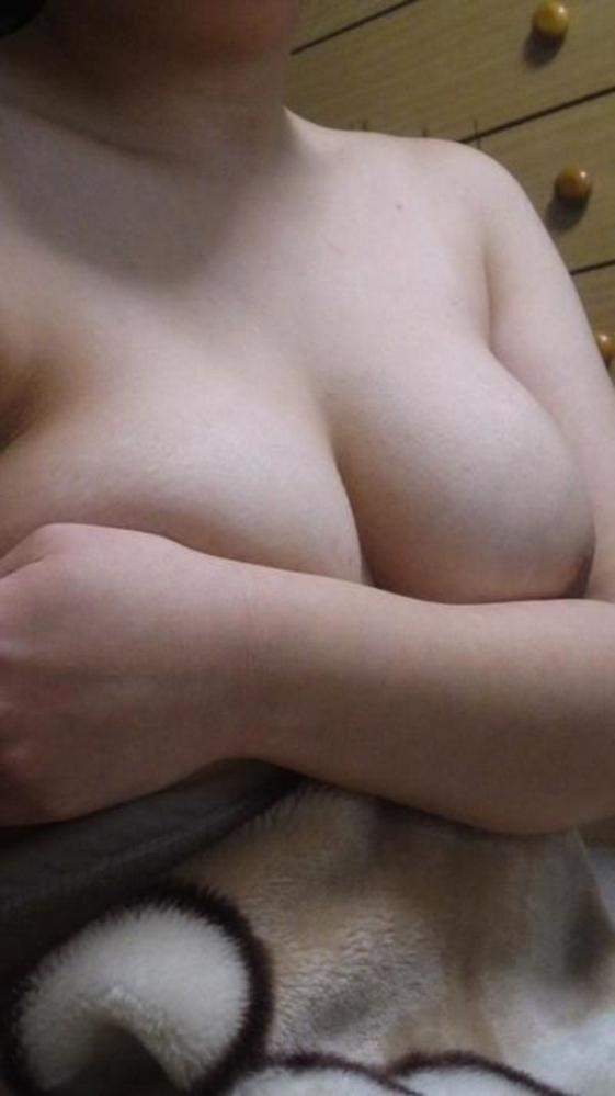 【自撮りエロ画像】ビッグな巨乳おっぱいを手ブラで披露してくる素人女子はエロ偏差値が高すぎるwwwwwww【画像30枚】30_20190906122414346.jpg
