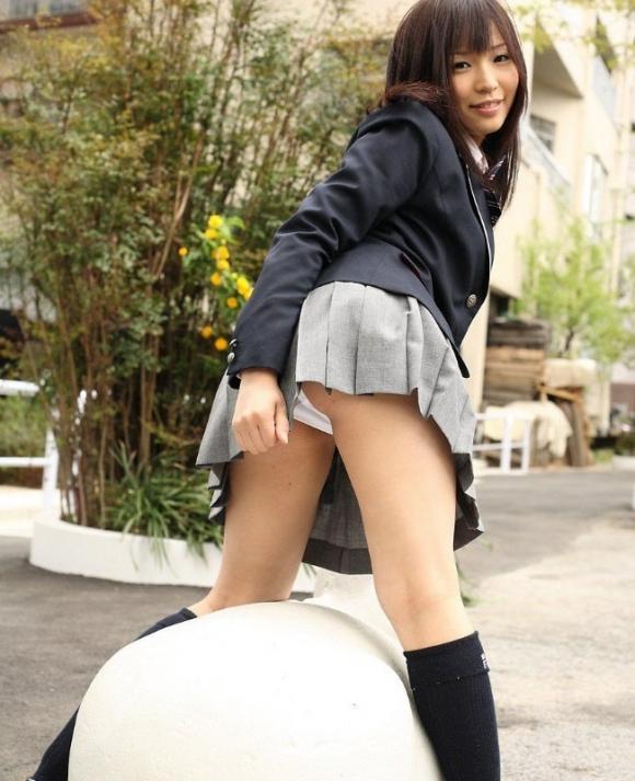 【女子校生】制服のJKを目の前にするとどうしてもパンチラを狙いたくなっちゃうんだよな〜wwwwwww【画像30枚】30_20191007002909a50.jpg