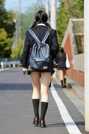 【女子校生】寒くても太もも出してるJKはガン見してほしいってことでOK?wwwwwww【画像30枚】30_20191025222425f76.jpg