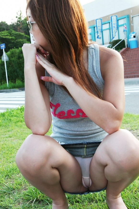女の子がしゃがみ込んでたら大体パンチラしてるっていう法則wwwwwww【画像30枚】30_20200113223005158.jpg