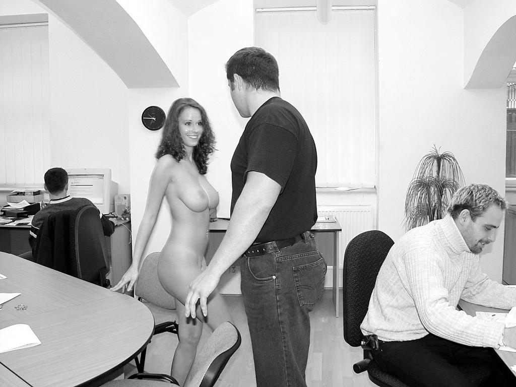zuzana-nude-at-work-29.jpg