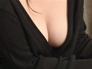 《胸チラ》急に出来た義姉が無防備すぎる 毎日ノーブラで乳首が…