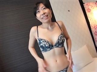 《四十路熟女》 今日は面接だけのつもりだったのに裸になるんですか?久しぶりの他人棒にヌレヌレ!