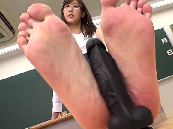 美女たちのエロい足裏が無修正で堪能できるディルド足コキ動画の脚フェチDVD画像4