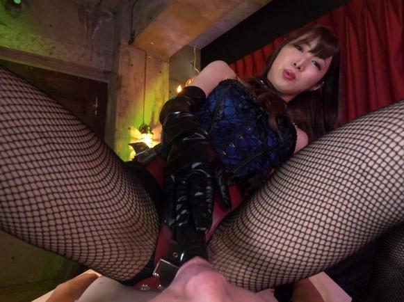 ドエス女王様に調教されヒールコキやSMプレイで強制射精の脚フェチDVD画像6