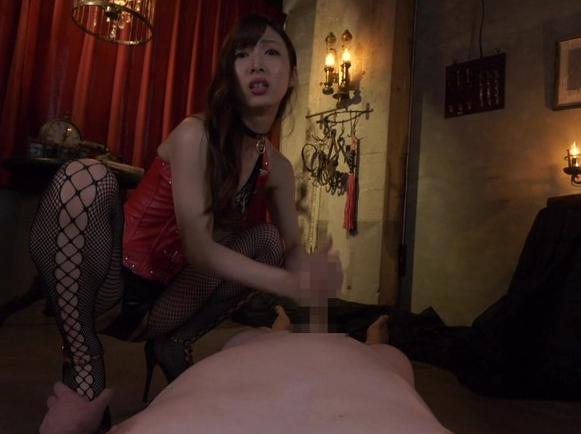 ドエス女王様に調教されヒールコキやSMプレイで強制射精の脚フェチDVD画像3