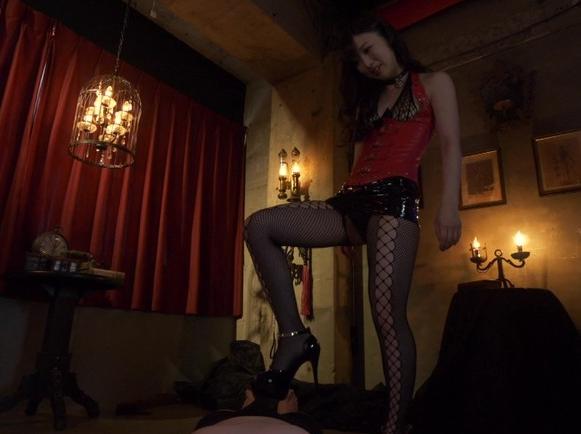 ドエス女王様に調教されヒールコキやSMプレイで強制射精の脚フェチDVD画像2