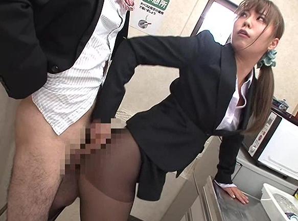 男が女体化したOLお姉さんにパンスト足コキや尻コキされ大量射精の脚フェチDVD画像2