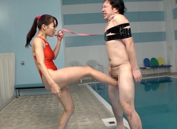 スイミングスクールのドS先生に金蹴りや生足コキされM男が悶絶の脚フェチDVD画像5