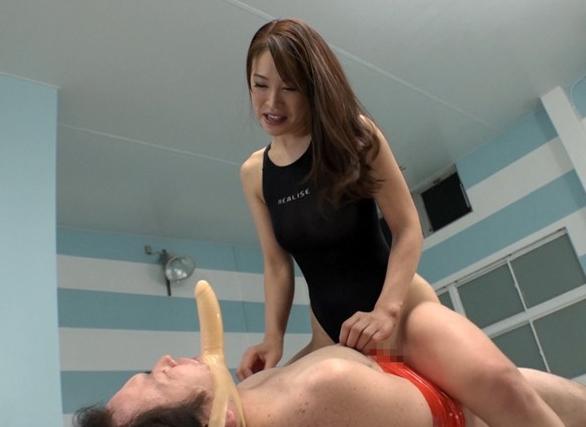 スイミングスクールのドS先生に金蹴りや生足コキされM男が悶絶の脚フェチDVD画像6