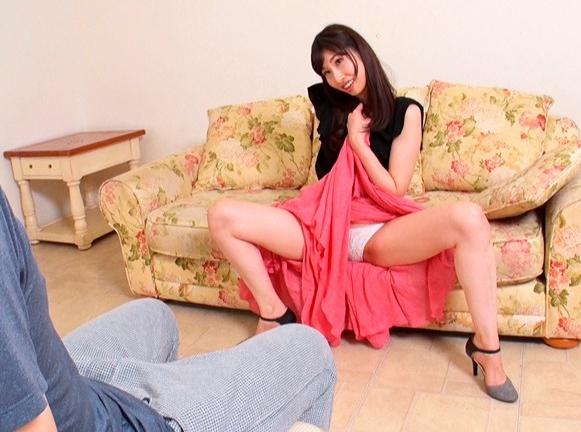いやらしい痴女が挑発的なパンチラで誘惑し素足の足裏で足コキの脚フェチDVD画像3