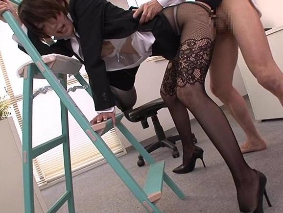 セクシーな柄タイツを穿いた美脚OLがオフィス内で足コキ抜きの脚フェチDVD画像4