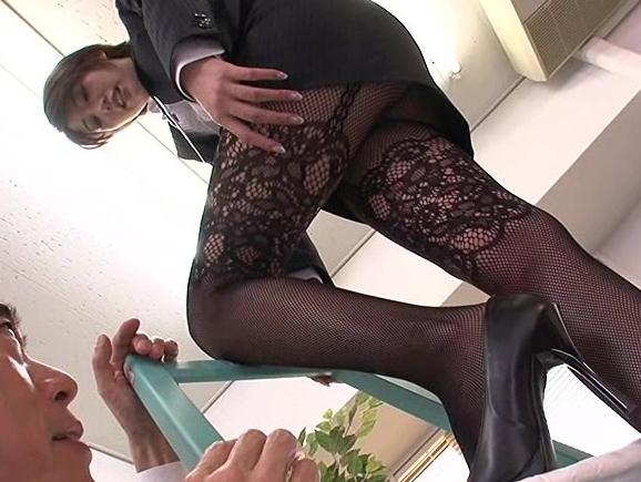 セクシーな柄タイツを穿いた美脚OLがオフィス内で足コキ抜きの脚フェチDVD画像2