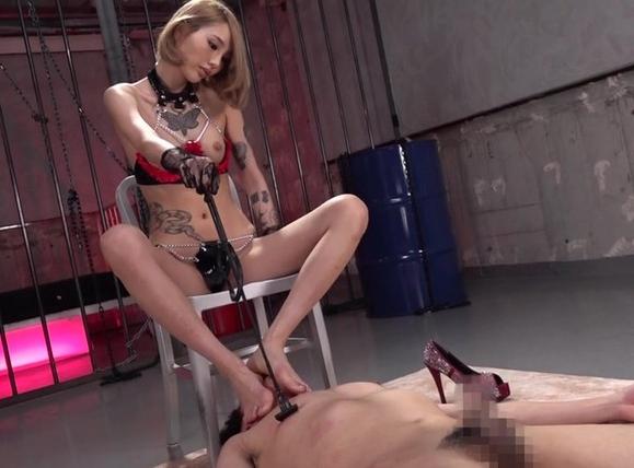 タトゥー女王様に上から目線で足コキされM男調教されるSM動画の脚フェチDVD画像1