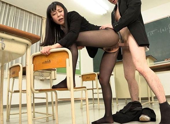 熟女のムレムレになったパンスト臭を嗅いで舐めて足コキされるの脚フェチDVD画像6