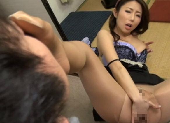 フェロモン熟女が蒸れたパンストの足裏で足コキして着衣SEXの脚フェチDVD画像3