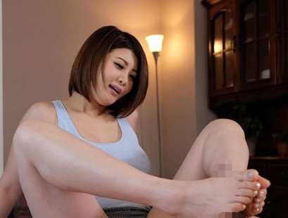 選りすぐりの美脚美女たちがパンストや生足の足コキで足射抜きの脚フェチDVD画像6