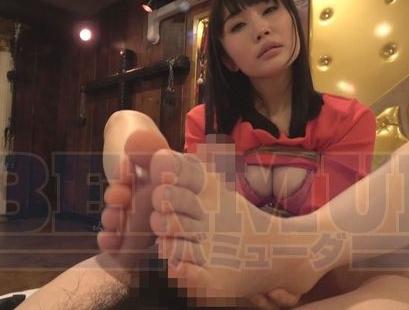 選りすぐりの美脚美女たちがパンストや生足の足コキで足射抜きの脚フェチDVD画像3