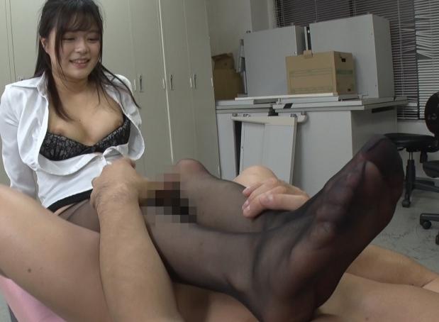 OLが伝線パンストを穿き替えている姿に興奮し足コキや着衣SEXの脚フェチDVD画像1
