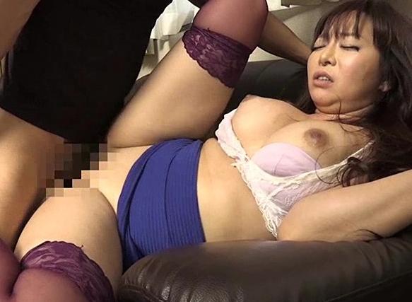 欲求不満の性欲妻がニーハイストッキングで足コキ誘惑の脚フェチDVD画像2