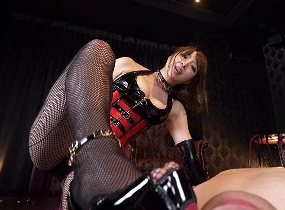 女王様のハイヒールで靴コキされペニバンで犯されるSMプレイの脚フェチDVD画像3