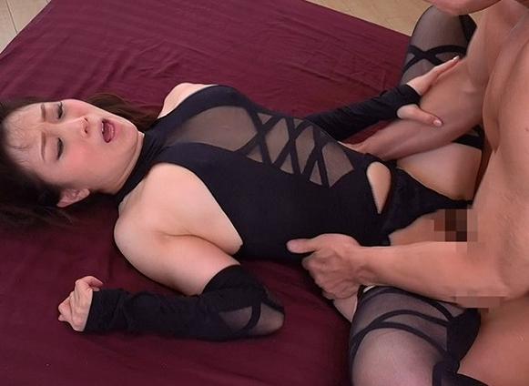 ドスケベ熟女の悩殺的なパンスト足コキや淫語連発の濃厚セックスの脚フェチDVD画像3