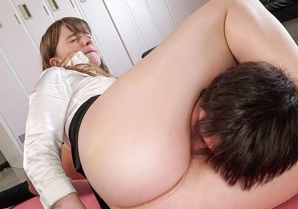 デカ尻ムチ腿のエロいパンスト美脚で足コキする白人女教師の脚フェチDVD画像2