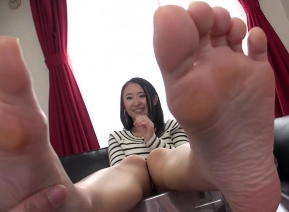 お姉さんの蒸れた足裏をふやけるまで足舐めして足コキでイクの脚フェチDVD画像3